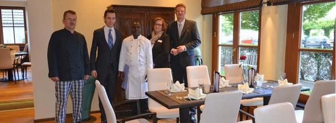 Küchenchef Thomas Fritz, Sebastian Schulte, Joseph Ndunda, Restaurantleiterin Heike Rohr und Hotelchef Michael Kaiser
