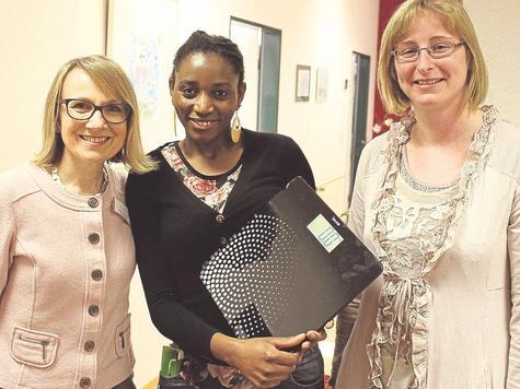 Residenzleiterin Beata Paluchowska, Auszubildende Lydia Rachier-Kiefer und Anja Pforr von der Knappschaft (von links) hoffen auf viele purzelnde Pfunde, um Geld für die Bildung der zwölf Jahre alten Helen aus Kenia zusammenzubekommen.